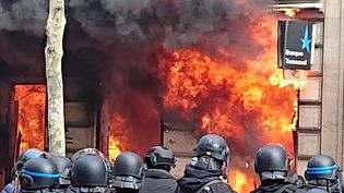 Incendie de la banque Tarneaud,16 avenue Franklin Roosevelt, à Paris, samedi 16 mars. (Dorothée Barrault)