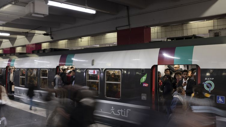 Les usagers s'engouffrent dans un RER B à la garde du Nord un jour de grève le 18 octobre 2019. (GREG LOOPING / HANS LUCAS / HANS LUCAS)
