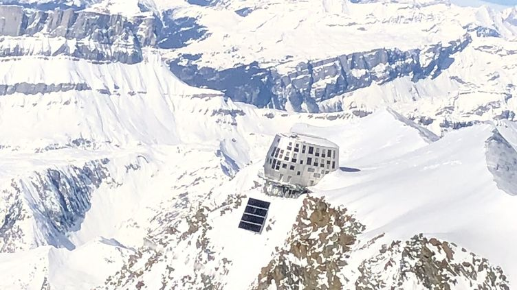 Le refuge du Goûter dans le massif du Mont-Blanc (Haute-Savoie). (FRANCIS GAUGAIN / FRANCE-BLEU BASSE-NORMANDIE)