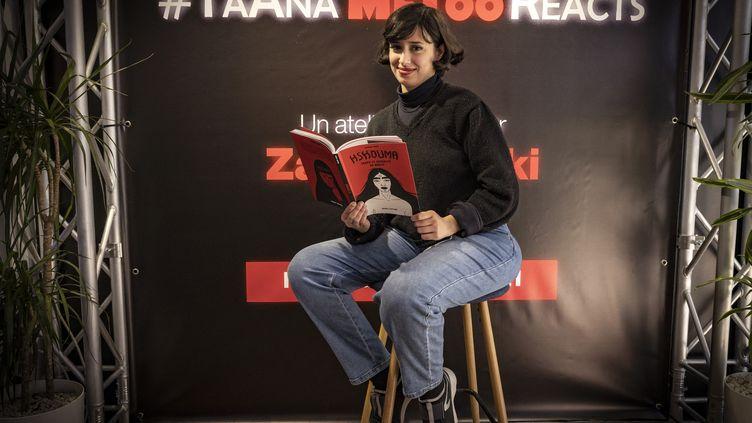 "Zainab Fasiki pose avec son album ""Hshouma"", à Casablanca, au Maroc, le 17 mars 2021 (FADEL SENNA / AFP)"