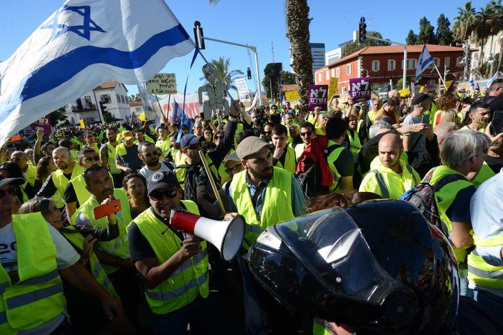 """Des manifestants en """"gilets jaunes"""" défilent à Tel Aviv (Israël), le 14 décembre 2018. (GILI YAARI / NURPHOTO / AFP)"""