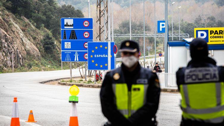 Des policiers espagnols à la frontière avec la France, à la Jonquera, le 17 mars 2020. (ADRIE SALIDO ZARCO / NURPHOTO / AFP)