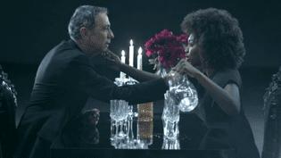 """Alain Chamfort avec Inna Modja, extrait du clip """"Souris puisque c'est grave""""  (DR)"""