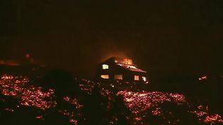Après 20 jours d'éruptions sur l'île de La Palma, une autre partie du cône du volcan s'est effondrée. À la clé : de nouvelles coulées de lave. (Capture d'écran France 2)