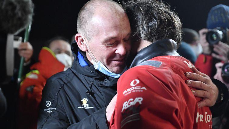 Kevin Escoffier prend dans ses bras le skipper Yannick Bestaven, vainqueur du Vendée Globe, le 28 janvier 2021 aux Sables d'Olonne (Vendée). (THOMAS BREGARDIS / MAXPPP)