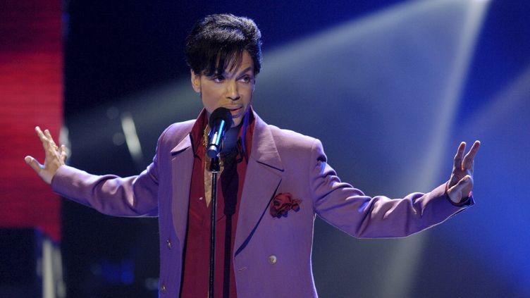"""Le chanteur Prince lors de la finale de l'émission """"American Idol"""" au Kodak Theater d'Hollywood (Californie, Etats-Unis), le 24 mai 2006. (CHRIS PIZZELLO / REUTERS)"""