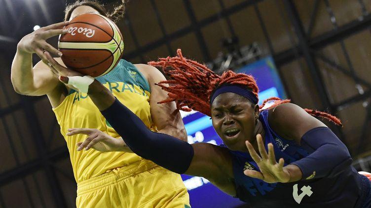 L'intérieure tricolore Isabelle Yacoubou au combat dans la raquette (JAVIER SORIANO / AFP)