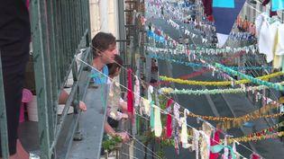 Des guirlandes colorées ont pousséentre les balcons des voisins de la rue Jean-Jacques Rousseau à Nantes. (France 3 Pays de la Loire)