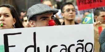Le 12 juin 2012, dans les rues de Sao Paulo, les étudiants de l'université soutiennent les revendications des enseignants et refusent «la précarisation de l'enseignement public». (AFP PHOTO / CRIS FAGA / AGENCIA ESTADO)