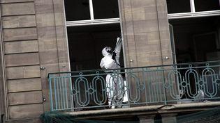 Un homme désamiante un immeuble, à Thionville (illustration). (JULIO PELAEZ / MAXPPP)