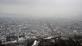 Grenoble (Isère) sous la neige, le 24 janvier 2017. (JEAN-PIERRE CLATOT / AFP)