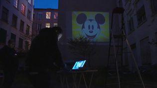 Afin de briser la monotonie du confinement, un Lyonnais s'est mis en tête de projeter chaque jour des films dans la cour de son immeuble. (France 3)