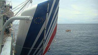 Une partie de l'avion de l'AF447 repêchée dans l'Atlantique, le 9 juin 2009. (HO / BRAZILIAN NAVY / AFP)