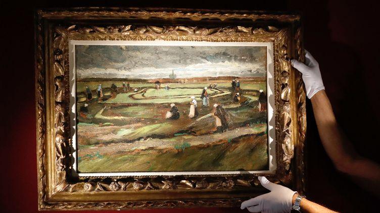 """""""Raccommodeuses de filets dans les dunes"""" de Van Gogh vendu aux enchères le 4 juin.  (PATRICK KOVARIK / AFP)"""
