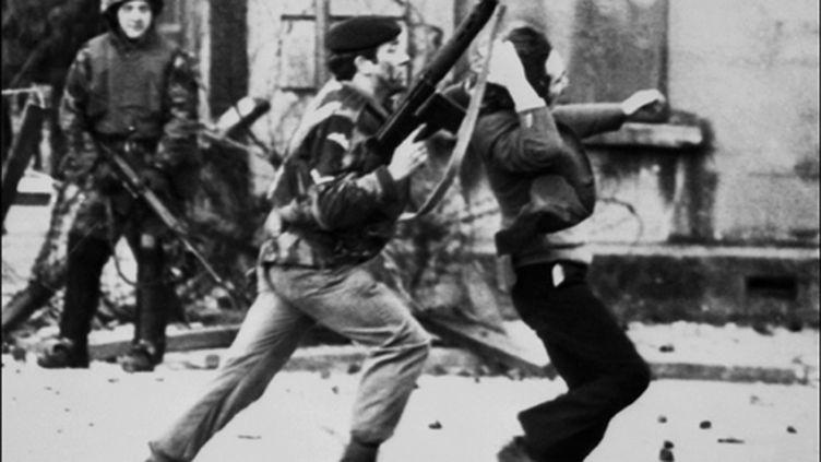 A Londonderry, un soldat britannique pousse un manifestant catholique, le 30 janvier 1972. (AFP/THOPSON)