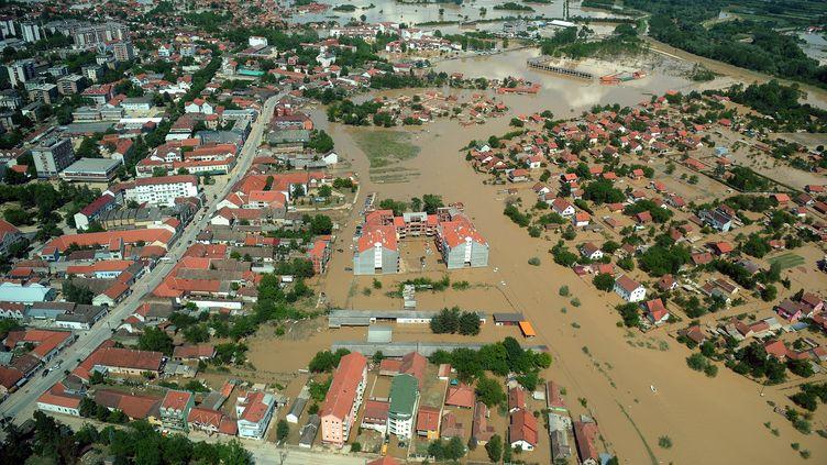 Vue aérienne d'Obrenovac (Serbie), ville touchée, comme l'ensemble des Balkans, par de sévères inondations, le 19 mai 2014. (ALEXA STANKOVIC / AFP)