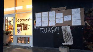 Un des bâtiments de la fac de Nanterre (Hauts-de-Seine) bloqués par des manifestants contre la réforme de l'accès à l'université le 16 avril 2018. (BENJAMIN CHAUVIN / RADIO FRANCE)