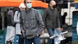 Des passants dans une rue d'Amsterdam, la capitale des Pays-Bas, le 13 octobre 2020. (NICOLAS ECONOMOU / NURPHOTO / AFP)