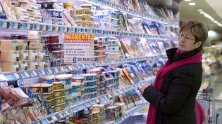 Une cliente devant le rayon laitages d'un supermarchéLeclerc, le 21 février 2012 au Mans (Sarthe) (JEAN-FRANCOIS MONIER / AFP)