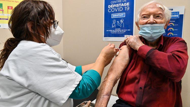 Une infirmière fait une injection d'un vaccin contre le Covid-19 à un homme âgé, dans un centre de vaccination, à Montpellier le 19 janvier 2021. (PASCAL GUYOT / AFP)