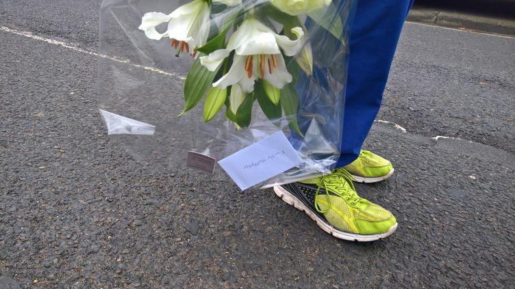 Un bouquet de fleurs en hommage au chanteur Johnny Hallyday, jeudi 6 décembre 2017 à Marnes-la-Coquette (Hauts-de-Seine). (F. MAGNENOU / FRANCEINFO)