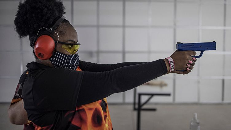 """Une femme participeà un stage """"Girl on Fire"""" pour apprendre à se servir d'une arme à feu, àMidrand, en Afrique du Sud, le 7 février 2021. (MARCO LONGARI / AFP)"""
