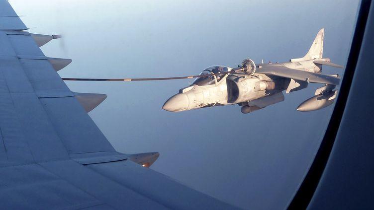 Un avion de l'Otan s'approvisionne en vol au-dessus de la Méditerranée, au large de la Libye, le 10 juillet 2011. (DAVID BRUNNSTROM / REUTERS)
