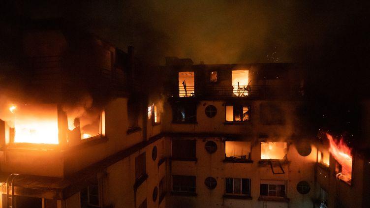 L'incendie, rue Erlinger, dans le 16e arrondissement de Paris. (BENOIT MOSER / BSPP - BRIGADE DE SAPEURS-POMPIE)