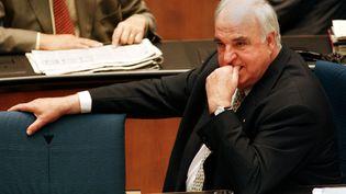 L'ancien chancelier allemand Helmut Kohl participe à une session du parlement à Bonn, le 2 septembre 1998. (MICHAEL URBAN / REUTERS)