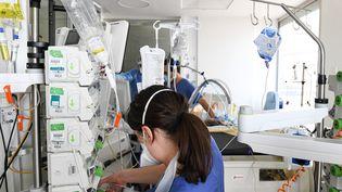 Dans un service de réanimation de l'AP-HP (Asistance publique - Hôpitaux de Paris) accueillant des patients atteints du Covid-19, en mars 2021. Photo d'illustration. (ALAIN JOCARD / AFP)