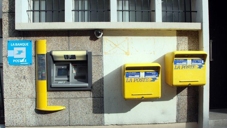 Des boîtes aux lettres à Paris, le 17 avril 2009. Elles sont de plus en plus délaissées par les Français. (JACQUES DEMARTHON / AFP)