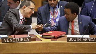 Poignée de main entre le ministre des Affaires étrangères vénézuélien,Jorge Arreaza (à gauche), et l'ambassadeur sud-africain à l'ONU,Jerry Matthews Matjila, au siège des Nations Unies à New York le 26 février 2019. (BEBETO MATTHEWS/AP/SIPA / AP)