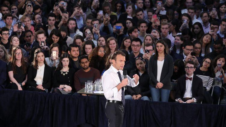 Emmanuel Macron devant des étudiants américains, le 25 avril. (LUDOVIC MARIN / AFP)