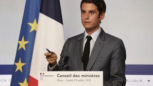 Le porte parole du gouvernement, Gabriel Attal, lors du compte rendu du Conseil des ministres, le 19 juillet 2021. (LUDOVIC MARIN / AFP)