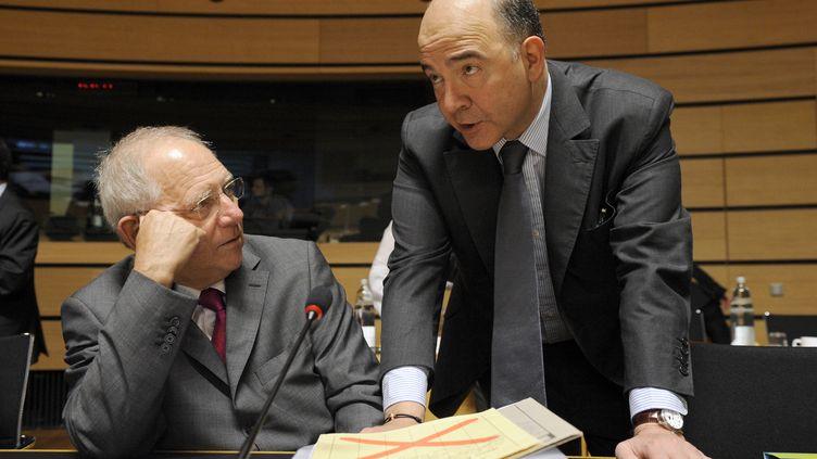 Le ministre de l'Economie français, Pierre Moscovici (à droite), au côté de son homologue allemand, Wolfgang Schäuble, le 21 juin 2013 à Luxembourg. (JOHN THYS / AFP)