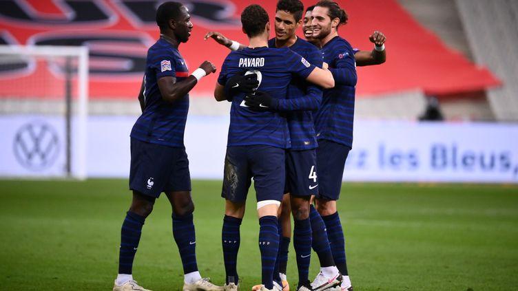 Moussa Sissoko, Benjamin Pavard, Raphaël Varane, Presnel Kimpembe et Adrien Rabiot (de gauche à droite). (FRANCK FIFE / AFP)
