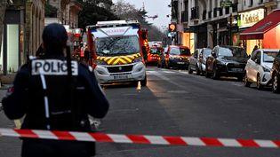 Un policier aux abords de la zone sécurisée de la rue Erlanger où a eu lieu un incendie meurtrier, le 5 février 2019, à Paris. (MUSTAFA YALCIN / ANADOLU AGENCY / AFP)