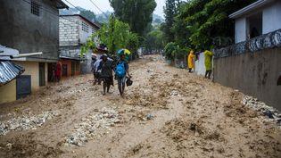 Des habitants sinistrés après les inondations provoquées par la tempête Laura à Petionville, en Haiti, le 23 août 2020. (ESTAILOVE ST-VAL / AFP)