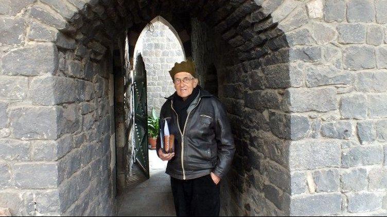 Le prêtre catholique hollandais, Frans van der Lugt, pose le 2 février 2014, devant le monastère des Pères Jésuites où il vit dans la région assiégée de Homs en Syrie. (Mohammed Abu Hamza / AFP)