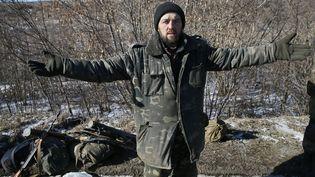 Un soldat ukrainien écarte les bras après avoir quitté la zone de Debaltseve, dans l'est de l'Ukraine, le 18 février 2015. ( GLEB GARANICH / REUTERS)