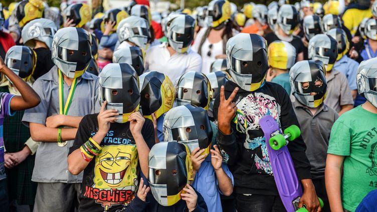 Des fans du groupe français Daft Punk, le 17 mai à Wee Waa (Australie). (SHANNA WHAN / AFP)