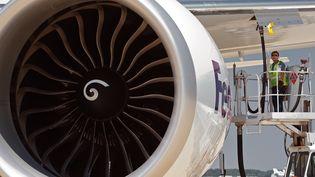 Un avion en cours de ravitaillement en kérosènesur l'aéroport de Dulles (Virginie, Etats-Unis), le 8 juin 2011. (PAUL J. RICHARDS / AFP)