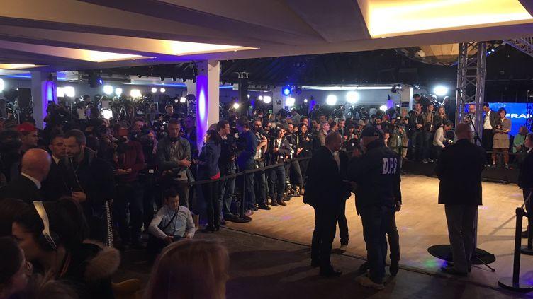 Une foule de journalistes attend Marine Le Pen au Chalet du Lac, à Paris, pour la soirée électorale du second tour de l'élection présidentielle, le 7 mai 2017. (JEAN-BAPTISTE MARTEAU / FRANCE 2)