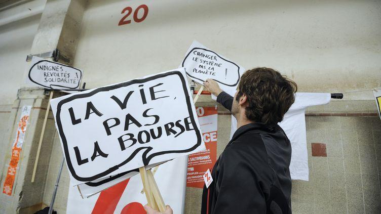 Un militant altermondialiste prépare une manifestation pour le contre-sommet du G20, lundi 31 octobre 2011, à Nice (Côte d'Azur). (ANNE-CHRISTINE POUJOULAT / AFP)
