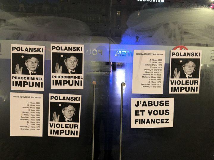 """Affiches sur un cinéma de Bruxelles dénonçant Roman Polanski, à l'occasion de la sortie de son film """"J'accuse"""" en novembre 2019. (NILS QUINTELIER / BELGA MAG)"""