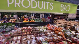Des fruits et légumes bio dans un supermarché en Bretagne, en juillet 2018. (CLAUDE PRIGENT / MAXPPP)
