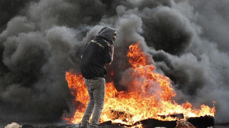 Un Palestinien lors de heurts avec l'armée israélienne à Beit El, dans la bande de Gaza, le 8 octobre 2015. (THOMAS COEX / AFP)