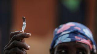 Monika Cheptilak, une ancienne exciseuse qui a cessé de pratiquer après l'adoption de la loi du pays anti-mutilations génitales féminines en 2010, montre un outil fait maison fabriqué à partir d'un clou, lors de la réunion du groupe de femmes anti-MGF dans le village d'Alakas, au nord-est de l'Ouganda, le 31 janvier 2018. (YASUYOSHI CHIBA / AFP)