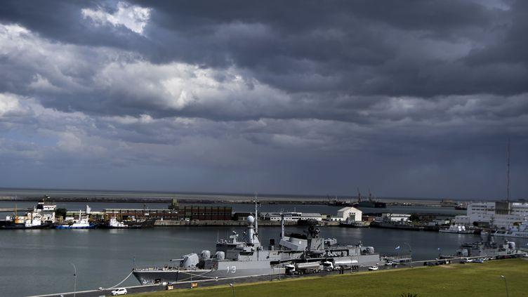 L'un des navires de la marine argentine ayant pris part aux recherches du sous-marin San Juan, disparu mercredi, le 20 novembre 2017 à la base de Mar del Plata (Argentine). (EITAN ABRAMOVICH / AFP)