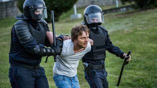 Un manifestant est arrêté par la police à Minsk, en Biélorussie, le 11 août 2020. (CELESTINO ARCE / NURPHOTO / AFP)